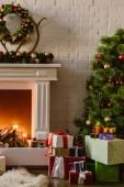 Vánoční strom s slavnostní dekorace a dárkové krabice krb na dřevo v obývacím pokoji