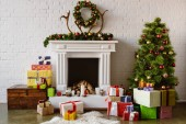 festliches Wohnzimmer mit gemütlichem Kamin, Weihnachtsbaum und Geschenken