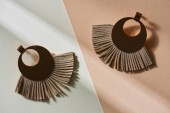 felülnézet fülbevaló gyönyörű luxus barna, bézs és fehér felületén a napfény