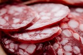 Photo close up view of delicious fat sliced salami