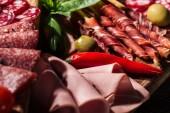 zblízka pohled lahodnou krájený salám a šunka se zeleninou a kořením