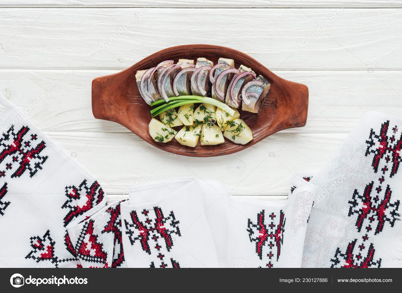 Deliciosos Arenques Marinados Con Papas Cebollas Plato Barro Con ...