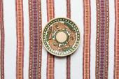 Fotografia vista superiore della piastra con ornamento tradizionale e Tovagliolo ricamato su priorità bassa