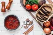 Fényképek felülnézet hagyományos cékla leves hozzávalók és evőeszközök, fehér fa háttér