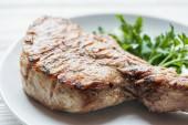Detailní záběr z lahodné maso bifteky na desce s petrželkou