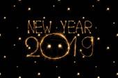 pohled nový rok 2019 návěstidlo na černém pozadí na plochu