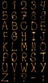 pohled z lehké anglické abecedy a čísla na černém pozadí na plochu
