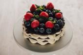 pohled z vysokého úhlu gurmánské domácí prdící koláč koláče s Čerstvé borůvky a jahody