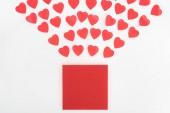 Fotografia lay flat con simboli del cuore e busta isolato su bianco, concetto di giorno di San Valentino
