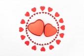 emelt szintű nézet a szív alakú jelen dobozok körül piros szív szimbólum elszigetelt fehér, Szent Valentin nap koncepció