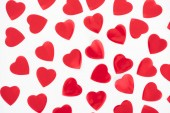 Fotografie Draufsicht der schöne dekorative rote Herzen isoliert auf weißem Hintergrund