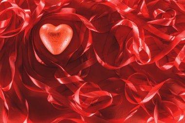 güzel dekoratif kırmızı kalp ve şeritler, Sevgililer günü arka plan