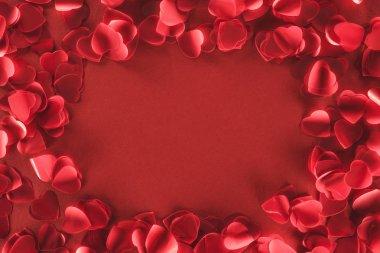 Dekoratif kalp şeklinde yaprakları kırmızı arka plan, Sevgililer günü kavramı üzerinde yukarıdan
