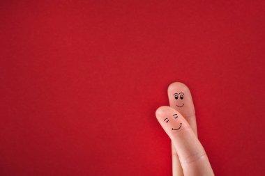 Boyalı parmak aşk sarılma içinde mutlu bir çift gibi davranarak. Sevgililer günü kavramı.