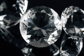 Fotografie kolekce z čistě lesklé diamanty izolované na černém