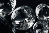 Fotografie Sammlung klarer Diamanten isoliert auf Schwarz