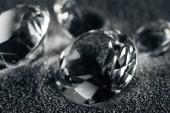 az átlátszó gyémánt szürke textúrázott háttérre közelről