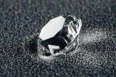 Fotografie Nahaufnahme von reinem Diamant auf grau strukturiertem Hintergrund