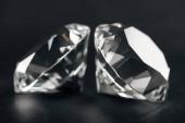 Selektivní fokus čistých diamantů na černém pozadí