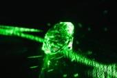 ryzí diamant s jasně zelená neon Rayi na tmavém pozadí