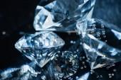 Nahaufnahme reiner blauer Diamanten auf schwarzem Hintergrund