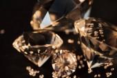 Fotografie Detailní záběr čistě zlaté diamantů izolované na černém pozadí