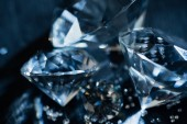Fotografie Nahaufnahme von transparenten reinen Diamanten auf schwarzem Hintergrund