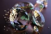 szelektív összpontosít, tiszta gyémánt barna háttér