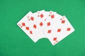 Fotografia vista superiore del tavolo da poker verde e dispiegati carte da gioco con il vestito di diamanti