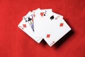 Fotografia vista superiore della combinazione di tavolo e di carte da gioco poker red con semi diversi