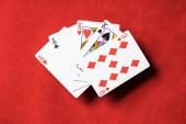 Draufsicht der roten Pokertisch und entfaltet Spielkarten mit unterschiedlichen Farben