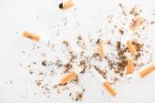 Felülnézet törött cigaretta elszigetelt fehér, stop smoking koncepció