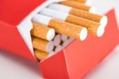Fotografie Schuss von Zigaretten in roten Pack hautnah