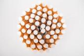 Plochou ležela s bandou cigaret izolované Grey