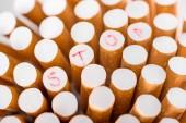 Zblízka střílel z cigaret s konceptem stop kouření