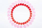 Fotografie pohled shora Kulatý rám s červené a růžové papírové srdce izolované na bílém, st valentines day koncept