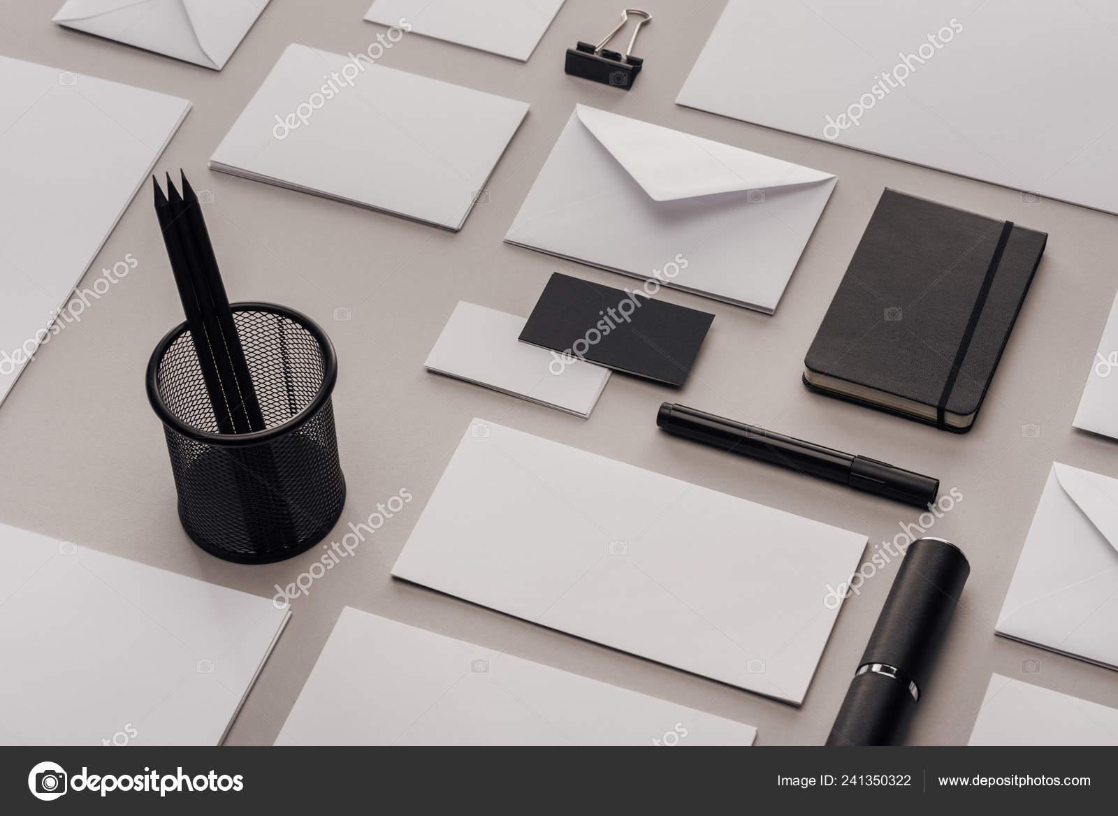 Lay plat avec fournitures bureau blanc noir sur fond gris