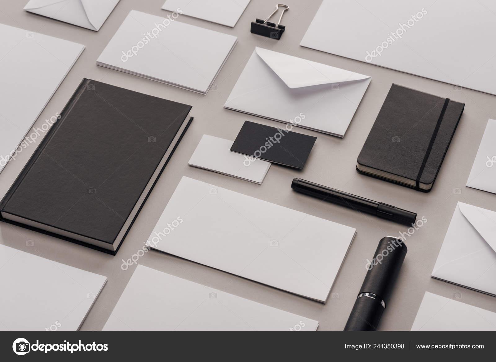 Lay plat avec papiers vides blancs fournitures bureau noir sur