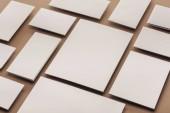 Fotografia Schede bianche e fogli di carta su fondo beige