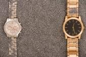 pohled shora luxusních hodinek na zlatého písku