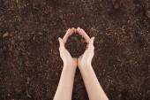 oříznutý pohled ženy držící zemi v rukou, ochrana přírody koncept