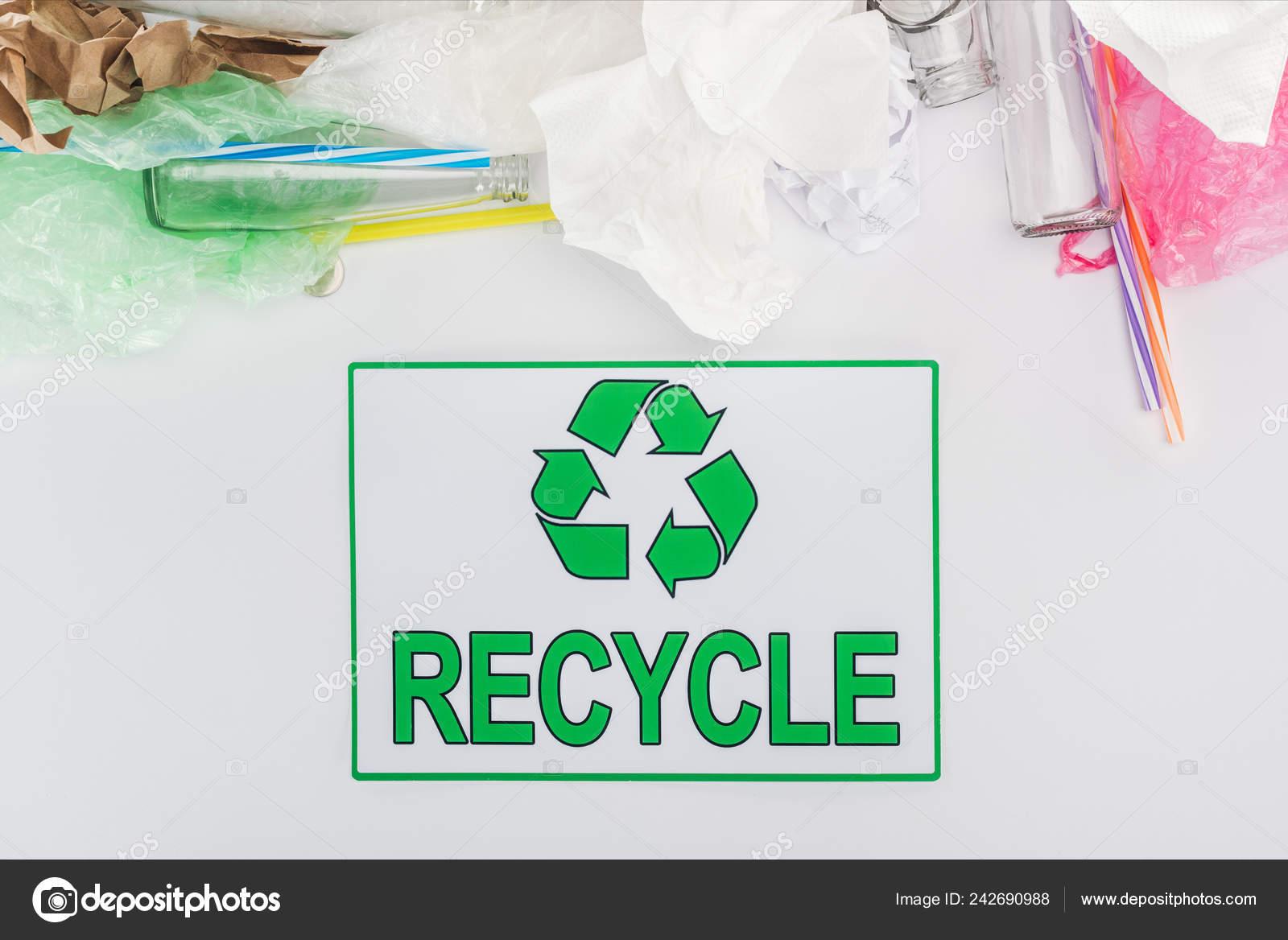8338abb87 Botellas de vidrio, bolsas plásticas, papel y tubos de plástico con  reciclaje muestra en fondo gris — Foto de ...