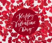 pohled shora krásné červené srdce ve tvaru lístků na šedém pozadí s nápisem Happy valentines day