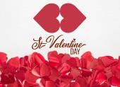 Detailní pohled krásné červené srdce ve tvaru lístků na šedém pozadí s nápisem st valentine den