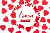 szép dekoratív piros szívek, elszigetelt fehér background lamour, február 14-én betűkkel, Valentin-nap koncepció, felülnézet