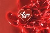 Detailní pohled na krásné červené srdce s nápisem posílá že milostný a Dekorativní stužky, valentines den pozadí