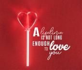 Detailní zobrazení srdce tvarované cukroví na červeném pozadí s nápisem život není dostatečně dlouhá, aby tě milovat, valentines day koncept