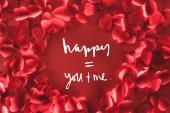 felülnézet szép kerek keret dekoratív szív alakú szirmok vörös háttérben a szerelem betűk, Valentin-nap-koncepció