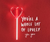 Detailní zobrazení srdce tvarované cukroví na červeném pozadí s jste spoustu krásných, ano, jste nápisy, valentines day koncept