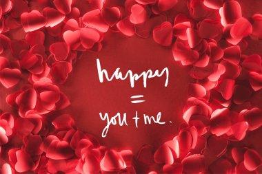 Dekoratif yürekten güzel yuvarlak çerçevenin üstten görünüm aşk yazı, Sevgililer günü kavramı kırmızı zemin üzerine yaprakları şeklinde